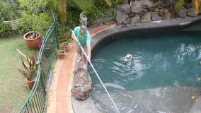 El hombre camina piscina de la limpieza metrajes