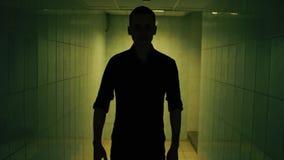 El hombre camina un túnel almacen de video