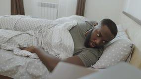 El hombre cansado duerme más de la cuenta por mañana Persona masculina chocada que despierta rápidamente almacen de metraje de vídeo