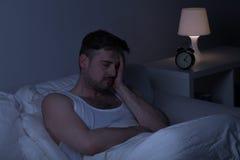 El hombre cansado necesita un cierto sueño imagen de archivo