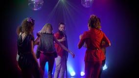 El hombre canta en un baile retro de la gente del micrófono Fume el fondo almacen de metraje de vídeo