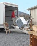 El hombre carga la furgoneta móvil foto de archivo