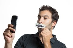 El hombre casual hace el retrato del selfie con la falsificación Fotografía de archivo