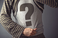 El hombre casual que mostraba el signo de interrogación imprimió en su camisa Foto de archivo