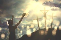 El hombre católico ruega con los brazos abiertos Fotos de archivo