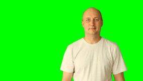 El hombre caucásico blanco adulto que ríe y hace gestos con la pantalla verde Línea pantalla virtual del drenaje del golpecito de almacen de metraje de vídeo