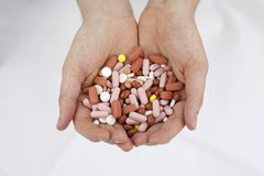 El hombre caucásico que sostiene píldoras droga en sus manos Fotos de archivo libres de regalías
