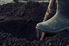 El hombre cava un agujero Fotografía de archivo