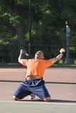 El hombre celebra en campo de tenis Imagen de archivo
