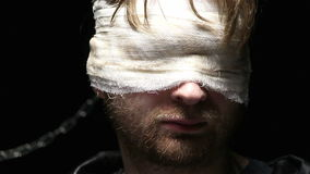 El hombre ciego da vuelta a su cabeza pronto metrajes