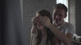 El hombre cierra el suyo es ojos del ` s de la novia para hacer sorpresa almacen de video
