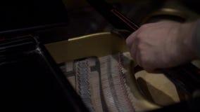 El hombre cierra la tapa del piano almacen de video
