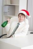 El hombre comienza la Navidad que celebra en en el lugar de trabajo Fotografía de archivo libre de regalías
