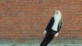El hombre como Santa Claus con una pistola del juguete se tiró por diversión y se cayó abajo, la Feliz Navidad y el Año Nuevo 201 almacen de metraje de vídeo