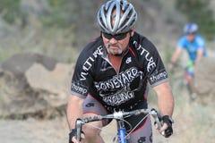 El hombre compite en la raza de Cyclocross Imagenes de archivo