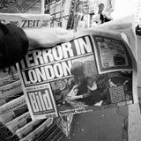 El hombre compra un periódico de Bild del dado del quiosco de la prensa después de Londres Imagen de archivo libre de regalías
