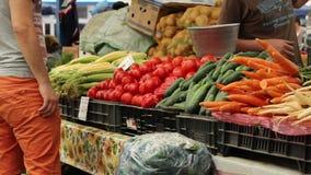 El hombre compra verduras frescas metrajes