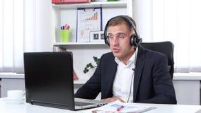 El hombre comunica a través de una cámara web almacen de video