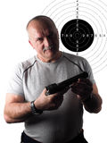 El hombre con el arma y la blanco Foto de archivo libre de regalías