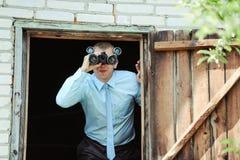 El hombre con el campo-vidrio Foto de archivo