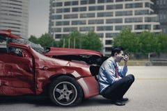 El hombre con el coche quebrado habla en el teléfono móvil Fotos de archivo