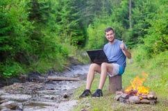 El hombre con el ordenador portátil muestra la muestra aceptable, espacio libre Hombre de negocios que trabaja o Foto de archivo