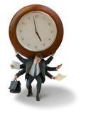 El hombre con el reloj gigante en hombros mide el tiempo de la presión del plazo Fotografía de archivo