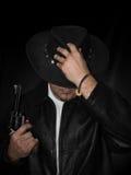 El hombre con el revólver occidental mira hacia abajo Fotos de archivo libres de regalías