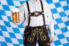 El hombre con el stein y el cuero de la cerveza de Oktoberfest jadea Fotos de archivo libres de regalías
