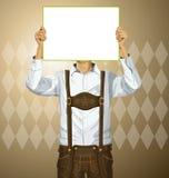 El hombre con escribe al tablero en Oktoberfest Fotos de archivo libres de regalías