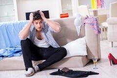 El hombre con lío en casa después del partido de casa Foto de archivo