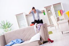 El hombre con lío en casa después del partido de casa Fotos de archivo