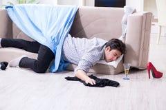 El hombre con lío en casa después del partido de casa Imagen de archivo