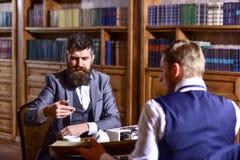 El hombre con la barba se entrevista con al escritor Concepto del periodismo imagenes de archivo
