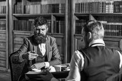 El hombre con la barba se entrevista con al escritor Concepto del periodismo imagen de archivo libre de regalías