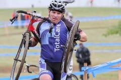 El hombre con la bici quebrada compite en el acontecimiento de Cycloross Imagen de archivo