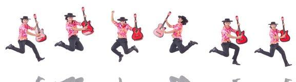 El hombre con la guitarra aislada en blanco Imagen de archivo