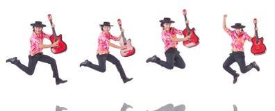 El hombre con la guitarra aislada en blanco Foto de archivo