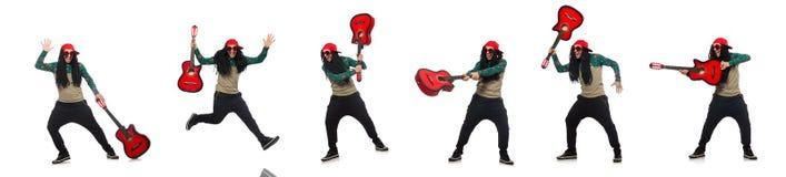 El hombre con la guitarra en concepto musical en blanco imágenes de archivo libres de regalías