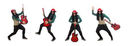 El hombre con la guitarra en concepto musical en blanco imagen de archivo