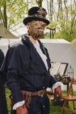 El hombre con la mascarilla del metal se vistió en ropa y acces del steampunk Imagen de archivo libre de regalías