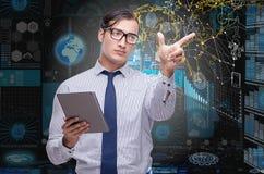 El hombre con la tableta en concepto de la minería de datos foto de archivo libre de regalías
