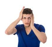 El hombre con las manos en la cabeza incurrió en una equivocación Foto de archivo
