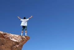 Hombre al borde del acantilado Imagenes de archivo