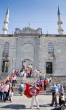El hombre con los indicadores acerca a la nueva mezquita imagen de archivo libre de regalías