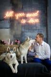 El hombre con los perros fornidos Fotografía de archivo libre de regalías