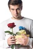El hombre con los regalos y se levantó Imagen de archivo