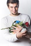 El hombre con los regalos y se levantó Fotografía de archivo