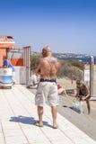 El hombre con los tatuajes encendido apoya Imágenes de archivo libres de regalías