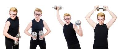 El hombre con pesas de gimnasia imagen de archivo